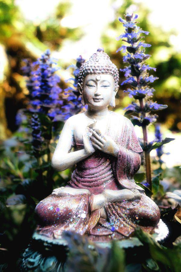 """36. """"Desde meados do século XX, o zen tem-se aberto ao diálogo inter-religioso, tendo figurado em inúmeros encontros e conferências ao redor do mundo. Talvez a figura mais representativa do zen nesse diálogo seja o monge vietnamita Thich Nhat Hanh, indicado ao Prêmio Nobel da Paz em 1967, que vem se dedicando ao diálogo inter-religioso há décadas e que mantém, em seu altar, imagens tanto de Buda quanto de Jesus."""" (Fonte: Wikipédia) - Da pasta: Tradições, Mitologias, ícones, Holismo."""