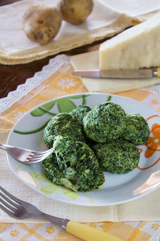 Polpette al forno con spinaci, patate e cuore di mozzarella http://blog.giallozafferano.it/graficareincucina/polpette-al-forno-spinaci-patate-cuore-mozzarella/