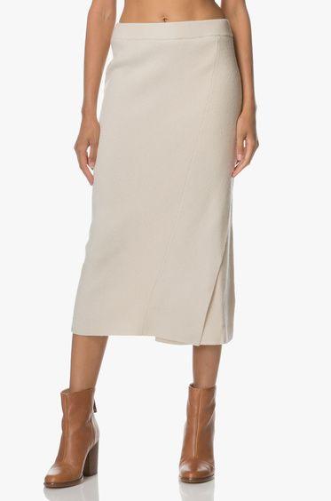 Filippa K brengt comfort en stijl samen in deze midi-lange rok in een prachtige zandkleurige tint.