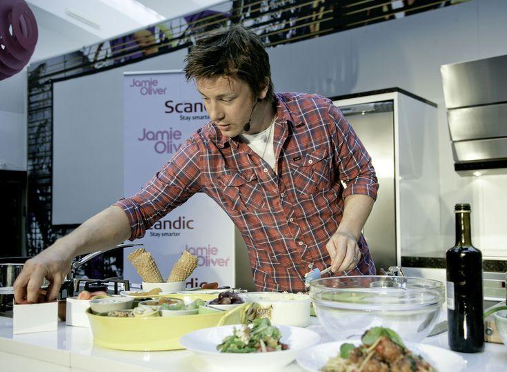 Découvrez toutes les recettes de Jamie Oliver du Chef et partagées dans le Club : Tourte poulet champignon et noix de Jamie Oliver, Compotée de fruits au four de Jamie Oliver, Chou fleur entier rôti au four, sur une idée de Jamie Oliver...