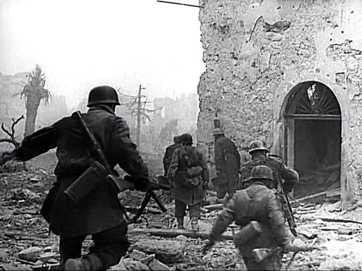 Troops of II./Fallschirmjäger-Regiment 1 (Kommandeur: Leutnant Renisch) advance from Palazzo Iucci to Palazzo Sivlestri.