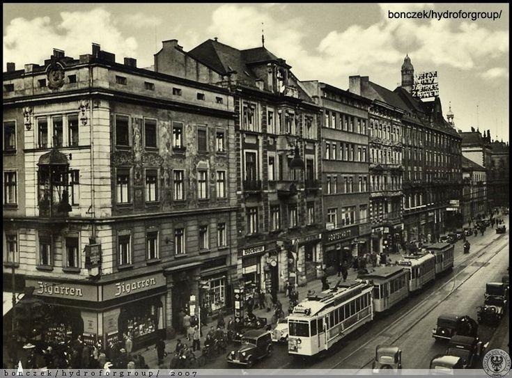 Piłsudskiego i Świdnicka Na pierwszym planie wóz cztero-osiowy maximum.Lata…