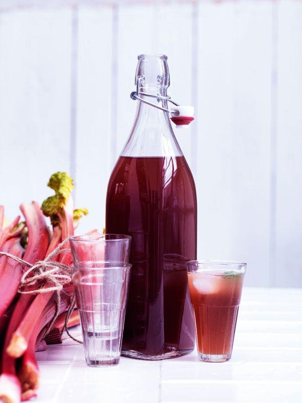 Rabarber er en af sæsonens helt store glæder, og de røde stængler er især en værdsat ingrediens i sommerens desserter. Men rabarber kan også trylles om til rabarbersaft – nemt og lækkert.