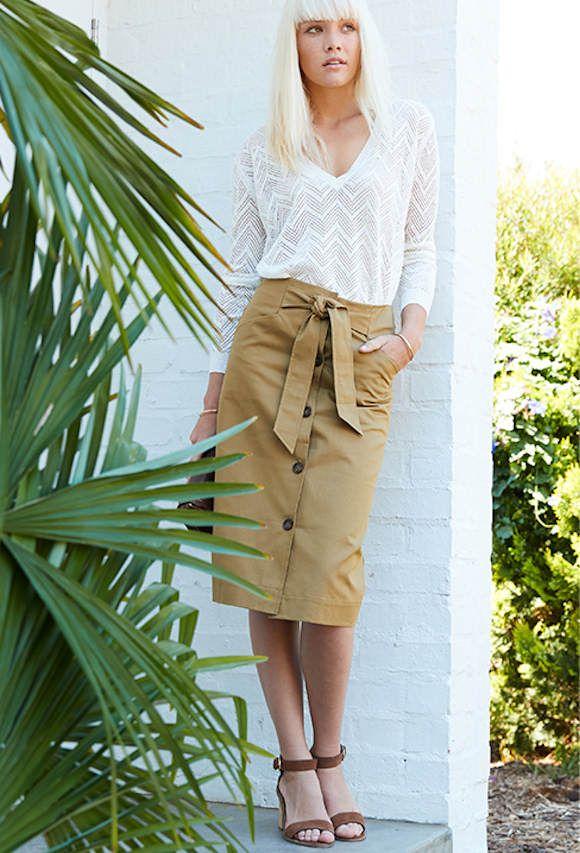 Tenue tendance safari chic avec une jupe kaki >> http://www.taaora.fr/blog/post/tenue-safari-chic-baroudeuse-jupe-droite-kaki-ceinture-nouee-pull-col-v-blanc-casse