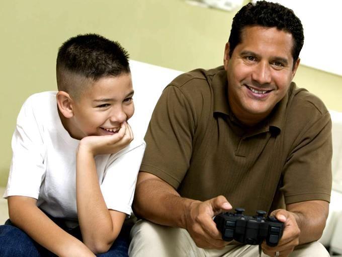 Las vacaciones terminan, los niños regresan a clases. Hoy en día no hay niño que no desee una consola, ya sea casera o portátil y los papás muchas veces utilizan los videojuegos como incentivos para que salgan bien en la escuela. En caso de que lo logren, ¿cuánto gastaría un padre de familia en cumplir su promesa? Los chicos de Gamedots.mx nos dicen la respuesta.