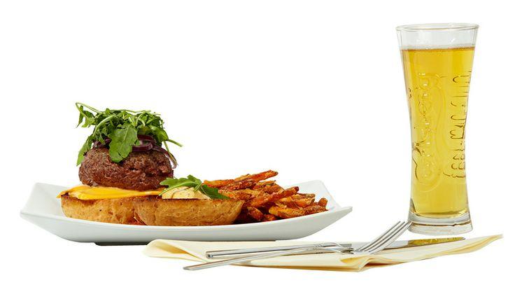 Juicy Lucy's burger, 17 €. Maxinen uudistuneessa menussa mukana mm. Juicy Lucy's burger BBQ-majoneesilla ja bataattiranskalaisilla. Maailmankuulu klassikko nyt vihdoin Suomessa. Ravintola Maxine, 6. KRS.