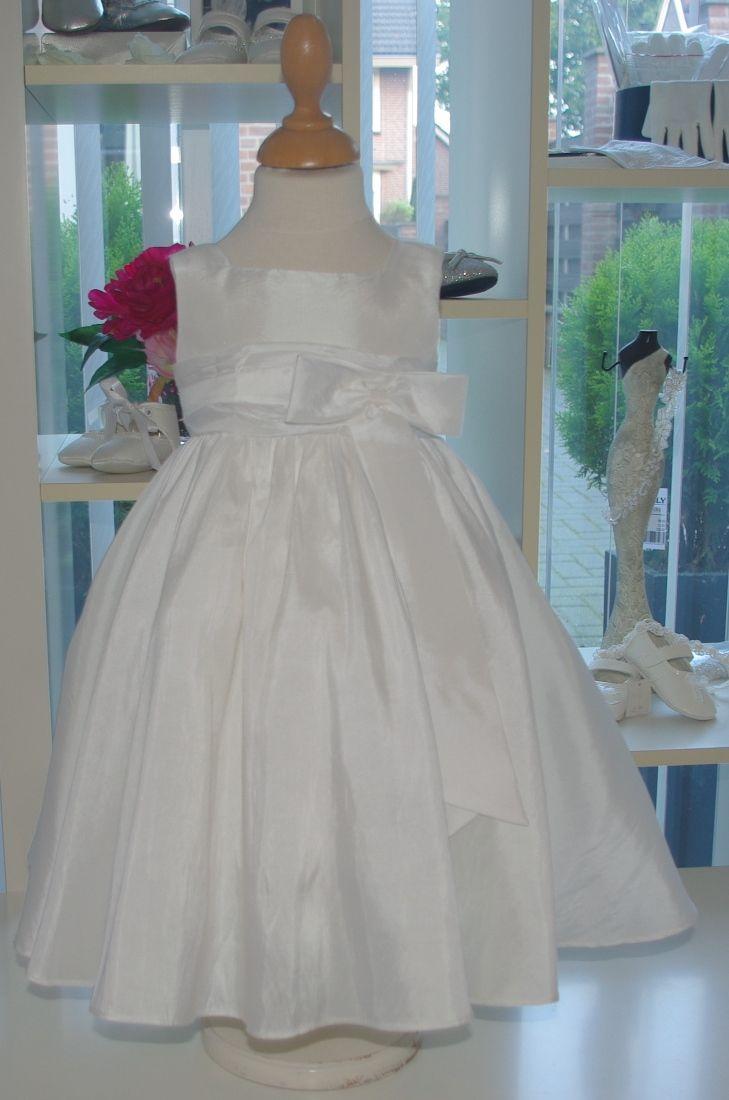 Een prachtig jurkje voor de allerkleinste bruidsmeisjes. Het is gemaakt van taft en heeft een heel wijde rok. Door het eenvoudige model is deze jurk zeer stijlvol. Neem gauw een kijkje op bruidskindermode.nl en ontdek dat deze in de aanbieding is. Voor maar 39 euro. Er zijn nog meer modellen voor deze prijs, dus kijk snel want op=op!! Trouwen, bruiloft, huwelijk, bruidsmeisje, bruidsmeisjesjurk, bruidskinderen, bruidskinderkleding, kinderbruidsmode, kinderbruidskleding.