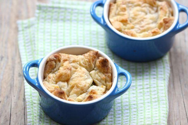 Zin in een lekker recept? Probeer dan eens deze Griekse pasteitjes met feta, prei en paprika.. Super lekker, simpel en snel te bereiden.