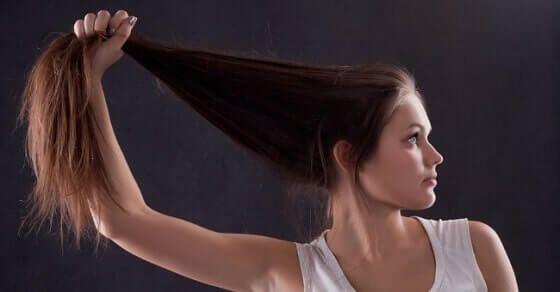 Deine Haare leiden jeden Tag: Hitze, Kälte, Haarfarbe, Glätteisen. Sogar schaden viele Pflegeprodukte und andere Mittel täglich unserem Haar. Wenn du lange Haare