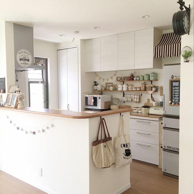 makochi.mさんの、Kitchen,カフェ風,salut!,キッチンカウンター,見せる収納,カップボード,冷蔵庫リメイク,キッチン背面,オーニング風,トートバッグ収納,ワイヤー気球についての部屋写真