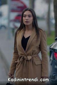 Kara sevda 47 bölüm Nihan Toprak rengi palto kaban markası henüz bilinmiyor öğrenilince eklenecektir.