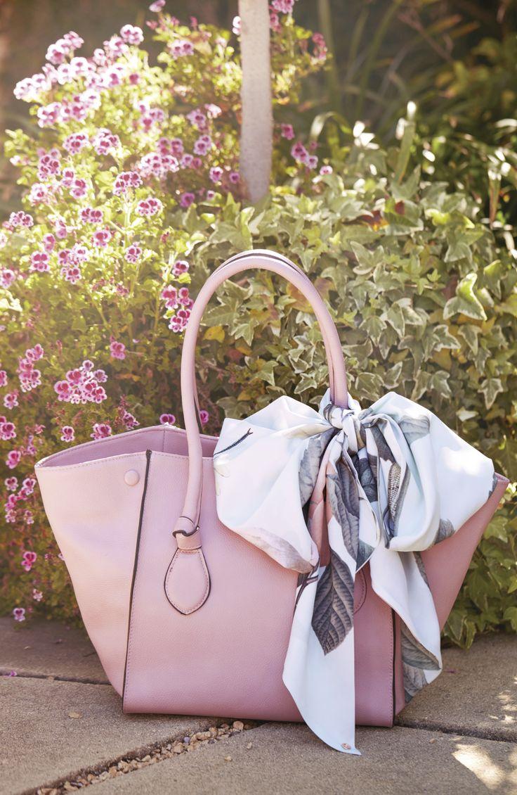 El tono Rosa Cuarzo, le dará un toque de feminidad a tu look primaveral, llevalo en una linda cartera de cuero y una pañoleta de flores con seda para darle el toque perfecto a tu estilo. #IntoTheGarden #Primavera2016 #Outfit