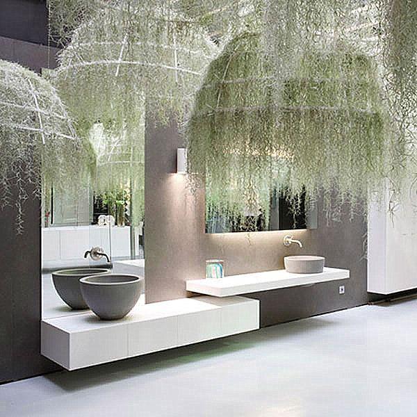 Une salle de bain moderne avec une lumiere suspendues originale