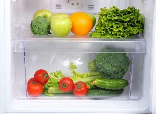 Veel mensen hebben de neiging om alle voedingsmiddelen in de koelkast te plaatsen. Niet alle voeding is echter bestand tegen de koude in de koelkast.