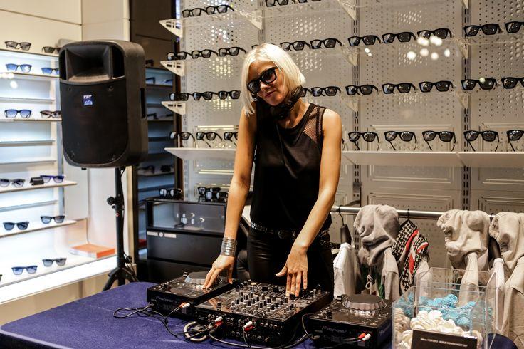 La DJ è già in postazione. Musica, divertimento e moda: è iniziata la #VFNO2013 #independentnight
