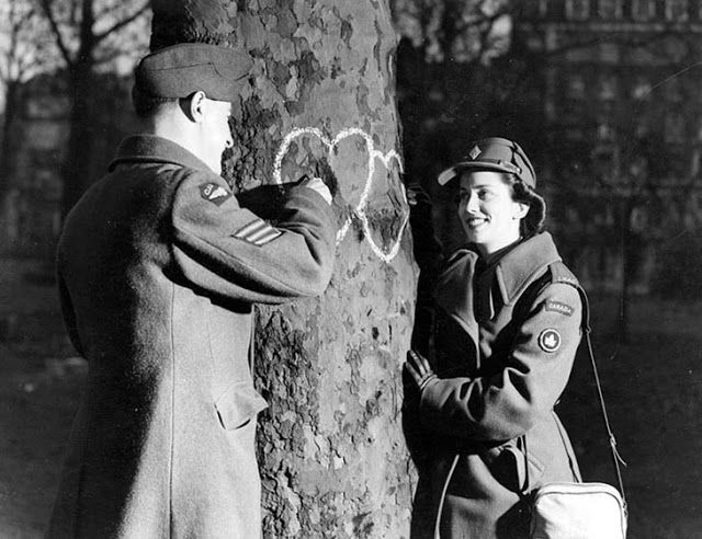 vintage everyday: 45 Vintage Photos of Love During Wartime That Will Melt Your Heart!