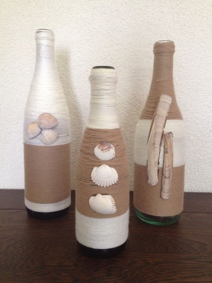 Decoratie met flessen, wol en schelpen.