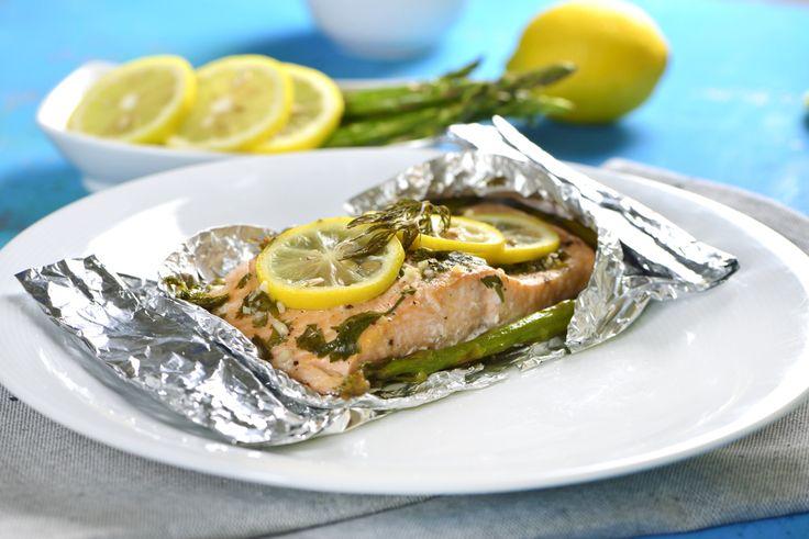 Esta receta de salmón es muy saludable y fácil de hacer, todo se cocina en el horno envuelto en papel aluminio para que el salmón absorba los aromas y sabores del resto de los ingredientes y no tengas mayor complicación. ¡Pruébalo!