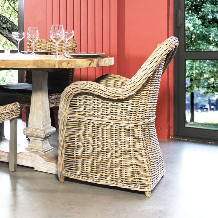 Ce fauteuil rond rotin va vous séduire grâce à son design! Constitué entièrement en rotin, il est doté d'une assise rembourrée plus que confortable grâce à son coussin déhoussable. Ce fauteuil vintage nous inspire tranquillité et zénitude. On s'imagine déjà au coin du feu ou sur une terrasse entourée de plantes !