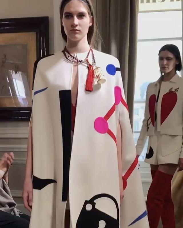 """Da #Schiaparelli le """"Chinoiseries at Heart"""" di #BertrandGuyon che reinventa l'Oriente con i simboli e una frase cara a Elsa Schiaparelli """"Più si rispetta il corpo più l'abito acquista visibilità"""" #MCSfilate #PFW @schiaparelli @bertrandguyon @es_pr_communication @chi_ni_c  via MARIE CLAIRE ITALIA MAGAZINE OFFICIAL INSTAGRAM - Celebrity  Fashion  Haute Couture  Advertising  Culture  Beauty  Editorial Photography  Magazine Covers  Supermodels  Runway Models"""