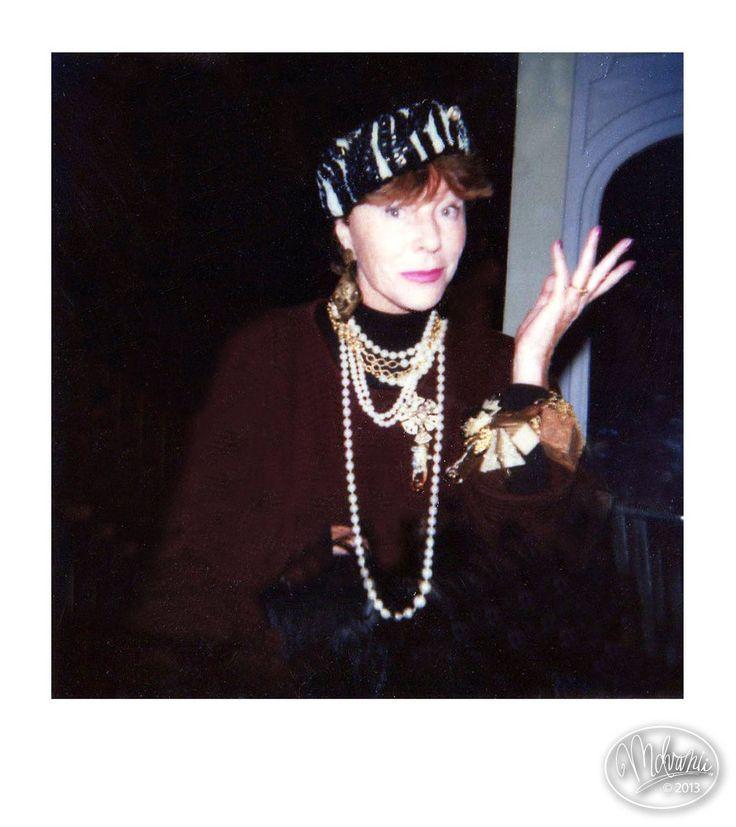 Bettina Graziani porte bracelet, boucles d'oreilles et  broche Surreal Couture et une toque entièrement brodée de perles en forme de bonbon avec ampoule électrique incorporée, créée spécialement par Billy Boy pour l'exposition LA FEE ELECTRICITE au Palais de Tokyo, Musée d'Art Moderne de Paris en 1984, collection U.F.A.C, Musée du Louvre, Paris.