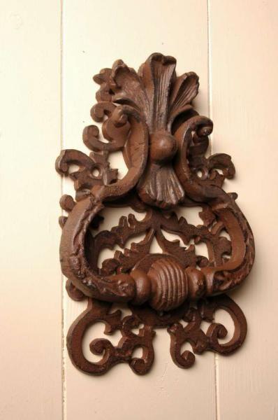 Klasszikus mintájú antikolt barna, öntöttvas ajtókopogtató.