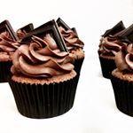 Včerejší odpoledne se opět neslo v duchu tvoření ❤️ A upekla jsem pro oslavence extra čokoládové #cupcakes s domácí jahodovou marmeládou uvnitř recept je už delší dobu na blogu, tak si pojďte zamlsat  #dnesjem #dneszjem #uzasnejedlo #vkuchyni #upeceno #napeceno #domacipeceni #cokolada #lindt #extra #cokoladove #kapkejky #kapkejk #narozeniny #recept #jahodovamarmelada #domaci #instafood #instapost #recipe #blog #foodblog #foodpost #goldendot #goldendotcz #chocolate #cupcake #cupcakes