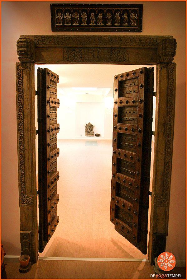 Authentieke originele Indiase houten deur in de Yoga Tempel Haarlem. De deur is afkomstig uit koloniale huizen in India. #ashtangayoga #yogastudio www.deyogatempel.nl