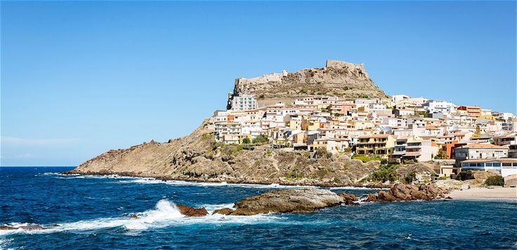 Res till Castelsardo om du vill uppleva en av Sardiniens charmigaste småstäder, med medeltidsborg, stränder och vackert läge på en klippa vid havet.