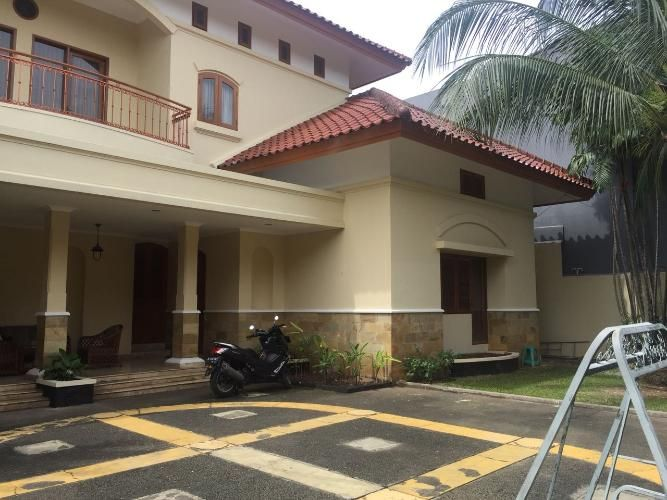 Rumah Mewah Lokasi Strategis Semi Furnished Di Jakarta Selatan With Images House Styles House Outdoor Decor