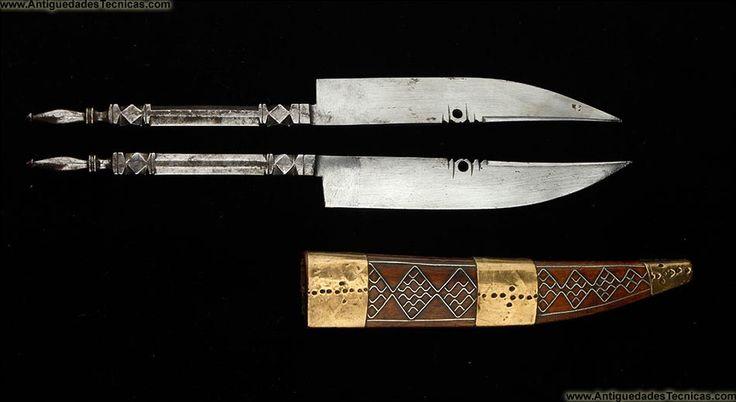 cuchillos de lanzar    Pareja de Cuchillos de Lanzar Antiguos en Vaina de Madera. Circa 1900