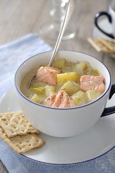 Soupe crémeuse au saumon 2 cs d'huile d'olive 15 g de beurre 1 oignon 3 poireaux 2 bouillons cube 6 pommes de terre 600 g de pavé de saumon 150 g de crème épaisse 1 cuil. à soupe de fécule de maïzena 3 cuil. à soupe aneth sel et poivre