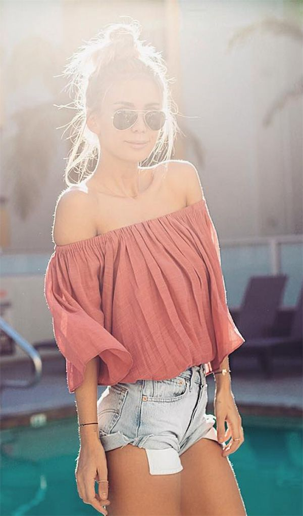 Street style look com blusa ombro a ombro.