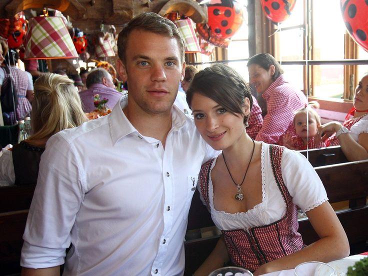 Manuel Neuer soll seine Freundin Kathrin Gilch vor fünf Jahren in einem Urlaubsflieger kennengelernt haben. Aus dem Urlaubsflirt ist mehr geworden: Das Paar führt seit fünf Jahren eine Beziehung abseits des Rampenlichts und zeigt sich nur bei wenigen öffentlichen Veranstaltungen gemeinsam.