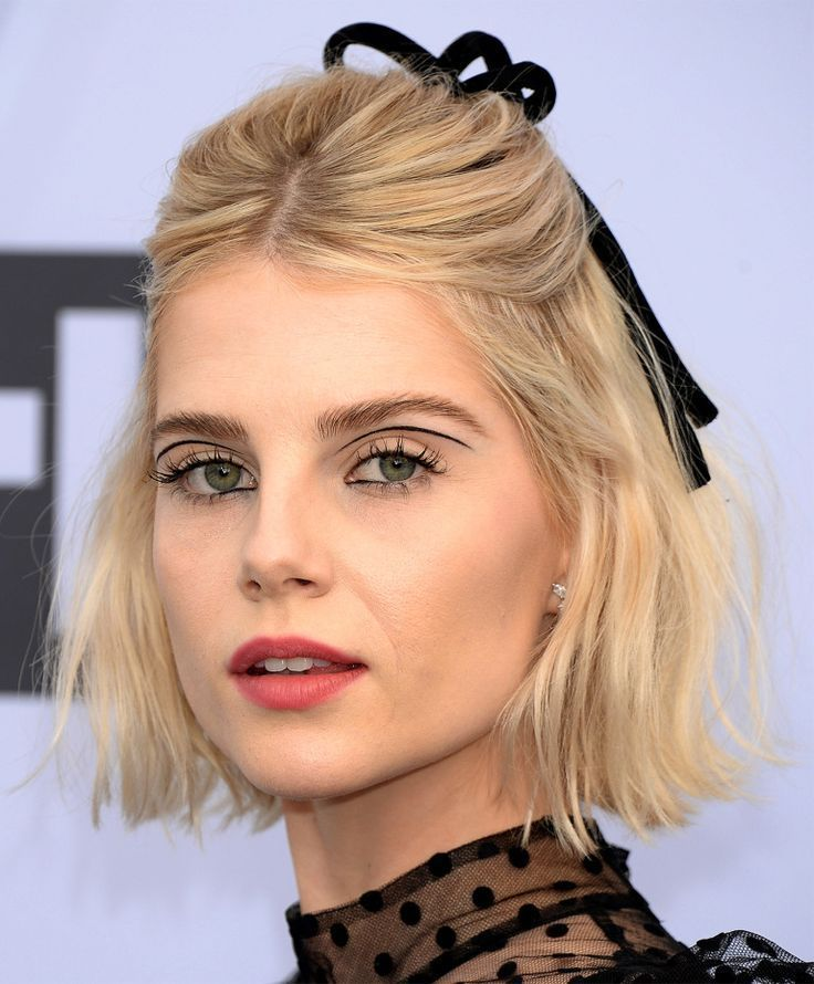 Lucy Boynton S Bold Eyeliner The Bohemian Rhapsody Actress Made A Statement With Floating Eyeliner Between Her Crease In 2020 Bold Eyeliner Eyeliner Looks Hair Looks