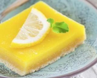 Tarte au citron légère : http://www.fourchette-et-bikini.fr/recettes/recettes-minceur/tarte-au-citron-legere.html