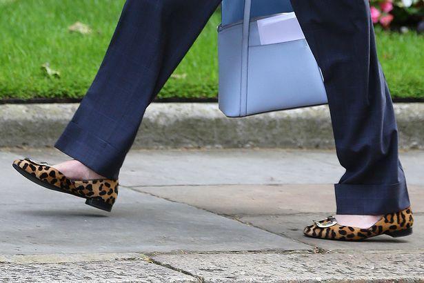 Theresa May trägt Tory blau und ihr Markenzeichen Leopardenmuster Schuhe, die sie zu zeigen, bedeutet Geschäft - http://berlinmoda.com/lebensstil/theresa-may-tragt-tory-blau-und-ihr-markenzeichen-leopardenmuster-schuhe-die-sie-zu-zeigen-bedeutet-geschaft/