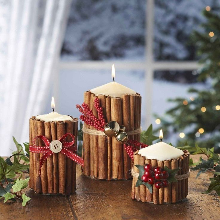 A la hora de decorar, cada rincón del hogar cuenta en Navidad. En esos pequeños espacios donde no sabes qué colocar,añade estas velas de canela con motivo navideño y haz que tu hogar alumbre de ma...