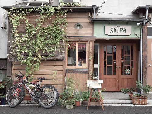 i know this is a cafe, but i've always wanted a little house like this for myself.....