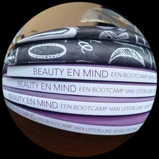 #anderskijken #donkeredagen #verheugstapels van mijn allereerste  boek #BeautyenMind dat al bijna door de eerste oplage is