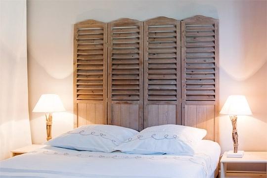 esprit loft dans un trois-pièces parisien : tête de lit