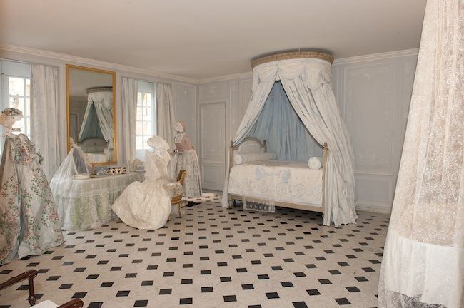 1. Marie-Antoinette's bathroom with paper costumes and fabrics by Isabelle de Borchgrave Photo: Christian Millet Accueil | Editorial | Nouv...
