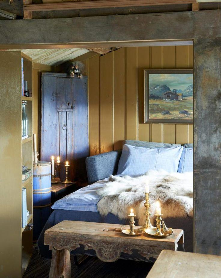 SOVEPLASS: Den kombinerte sovealkoven og stuen i denne oppussede stølen er på bare 9 kvadratmeter. Sovesofaen trekkes ut som dobbeltseng når venner er på besøk. Veggene har spesialhøvlet furupanel, og er malt i gammeloker linoljemaling.