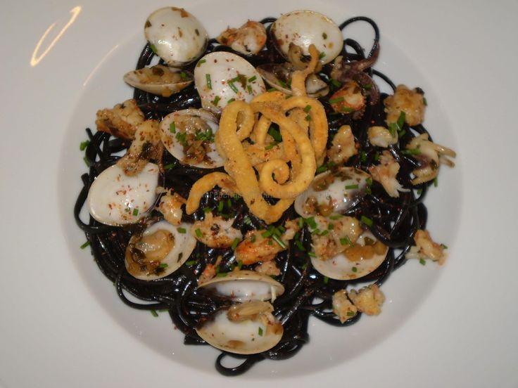 Linguine al nero di seppia con vongole, gamberi e calamari in crosta di mais(Linguine com tinta de lula com amêijoas, camarão e lula na crosta de milho)