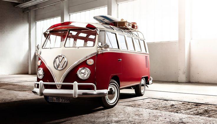 """VOLKSWAGEN BULLI T1  Der erste VW Bulli rollte am 8. März 1950 in Wolfsburg vom Band. Bis zur Ablösung durch den """"T2"""" im Juli 1967 wurden insgesamt 1,83 Millionen VW Transporter """"T1"""" gefertigt. Der Preis für das Sondermodell """"Samba"""" lag 1955 bei 8.475 DM. Dessen Besonderheiten waren Chromradkappen, ein poliertes VW-Emblem auf der Front und eine zweifarbige Lackierung. Die Bereiche zwischen den zwei Farben wurden durch Chromleisten getrennt."""