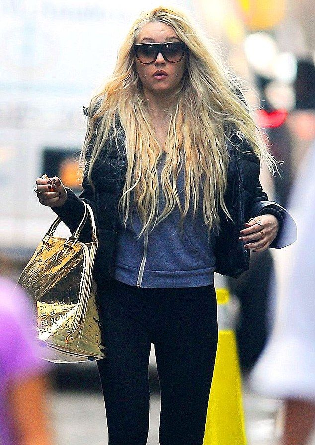 Amanda Bynes is starting to rap...... this girl is crazy.