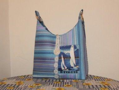 Taška nejen k pláži je vytvořena ze směsového materiálu, v kombinaci s bavněným panelem, který tvoří vnější funkční kapsu.  Uvnitř tašky je kapsa na suchý zip a celá kabelka je podlepena a výborně drží tvar. Zapínání na velký knoflík  Ucho je dlouhé cca 90cm  šířka tašky středem - 32cm  výška - 23cm  dno - 9 cm