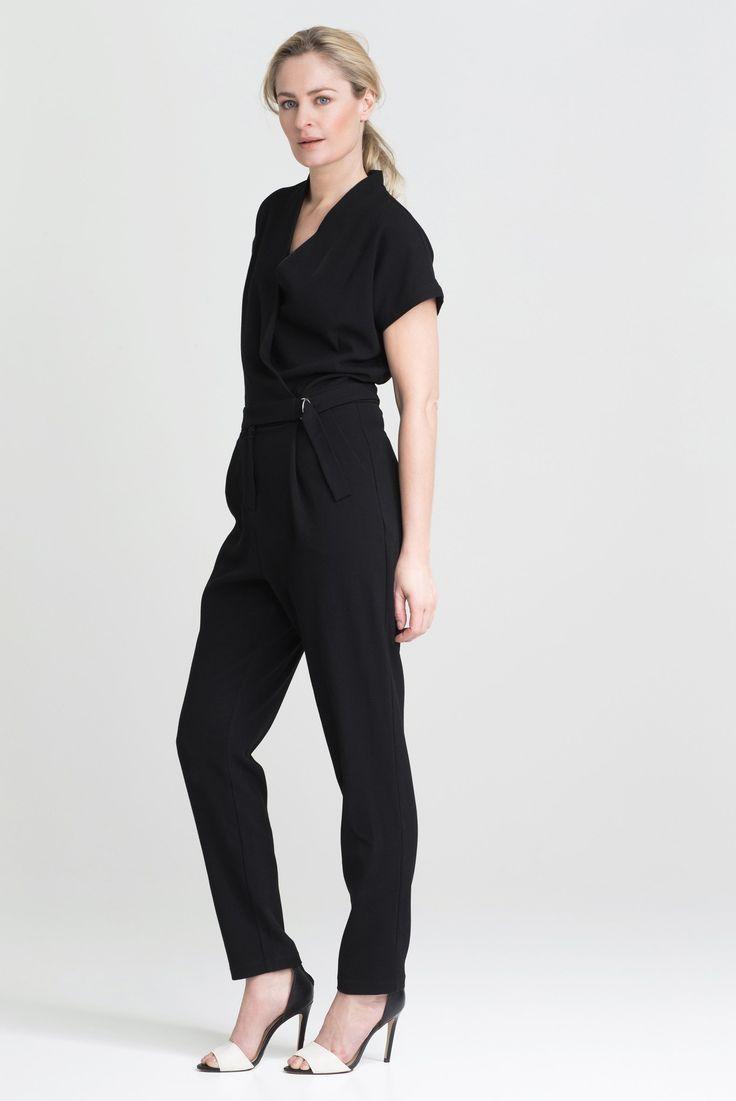 En svart jumpsuit er en klassiker! Man kan enkelt style den opp med høye hæler og noen smykker til fest, eller tone den ned med noen enkle sneakers til mer