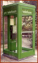 Telefooncel groen. Als ik thuis mijn vriendje niet mocht bellen deed ik dat in de telefooncel. Moest je steeds geld in gooien anders werd de verbinding verbroken.