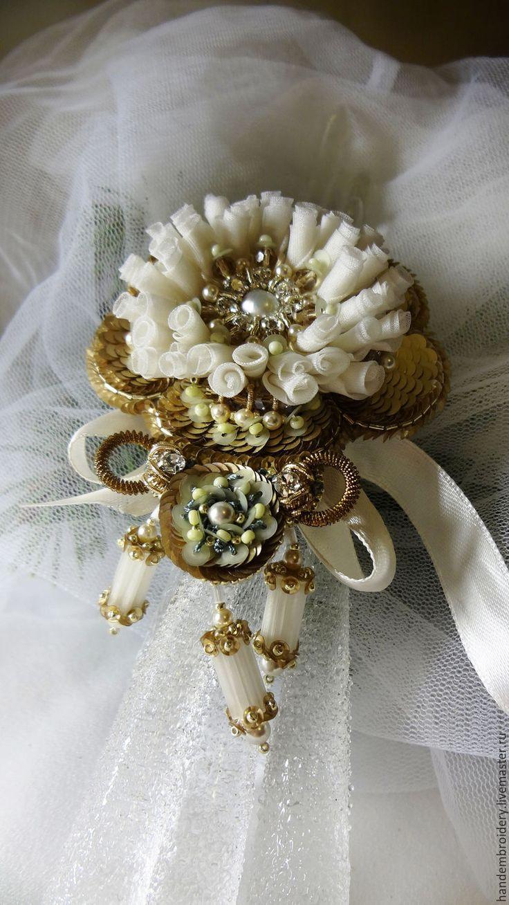 Купить Брошь 051115Н - золотой, белый, зеленый, брошь, цветок, ручная вышивка, Сваровски, пайетки